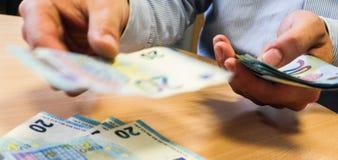 affärsman som räknar pengar Arkivbild