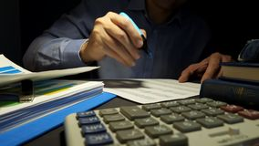 Affärsman som räknar pengar på kontoret Lånbegrepp Revisorn kontrollerar affärsrapporten på kontoret Revisor som arbetar med docu arkivfilmer