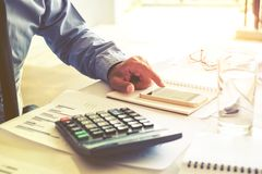 Affärsman som redovisar beräkna kostat ekonomiskt arkivfoton