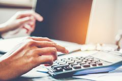 Affärsman som redovisar beräkna kostat ekonomiskt arkivfoto
