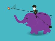 Affärsman som rider en elefant för att fånga en fjäril Royaltyfria Bilder
