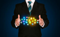 Affärsman som rymmer app-symbolsmolnet Royaltyfri Bild