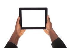 Affärsman som rymmer den digitala minnestavlan Royaltyfri Foto