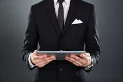 Affärsman som rymmer den digitala tableten Arkivfoton