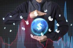 Affärsman som rymmer den globala grafen för finansiell analys med tecken Royaltyfri Foto