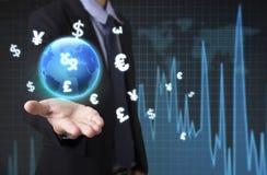 Affärsman som rymmer den globala grafen för finansiell analys med tecken Arkivbild