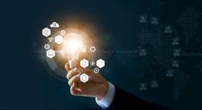 Affärsman som rymmer den ljusa kulan och nya idéer av affären med innovativ teknologinätverksanslutning Affärsinnovationconcep