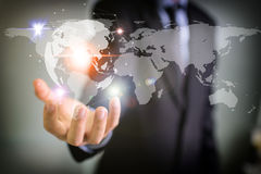 Affärsman som rymmer det globala nätverket och datautbyten Royaltyfri Fotografi
