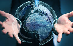 Affärsman som rymmer det globala nätverket på tolkning för planetjord 3D Royaltyfri Bild