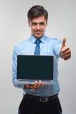 Affärsman som rymmer en bärbar dator mot en vit bakgrund Royaltyfri Fotografi