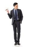 Affärsman som rymmer en cigarr royaltyfri bild