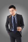 Affärsman som rymmer en cigarr royaltyfri fotografi
