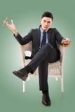 Affärsman som rymmer en cigarr arkivbild