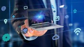 Affärsman som rymmer en dator som omger vid app och social ico Arkivbilder