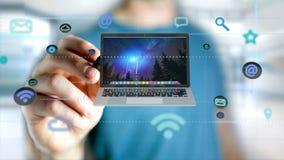 Affärsman som rymmer en dator som omger vid app och social ico Royaltyfri Bild