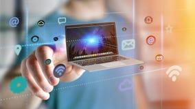 Affärsman som rymmer en dator som omger vid app och social ico Royaltyfria Foton
