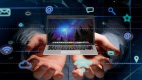 Affärsman som rymmer en dator som omger vid app och social ico royaltyfri foto