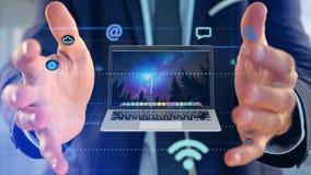 Affärsman som rymmer en dator som omger vid app och social ico Arkivbild