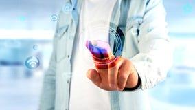 Affärsman som rymmer en kontaktsymbol som omger vid app och samkvämmen Arkivfoton