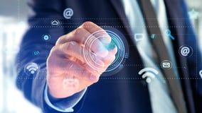 Affärsman som rymmer en kontaktsymbol som omger vid app och samkvämmen Arkivfoto