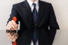 Affärsman som rymmer en pil royaltyfri fotografi