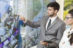 Affärsman som rymmer en presentation Royaltyfri Foto