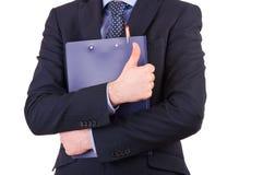 Affärsman som rymmer en skrivplatta. Arkivbild
