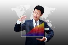 Affärsman som rymmer ett diagram av affärstillväxt Arkivbilder