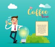 Affärsman som rymmer ett kopp kaffeanseende med en ljus kula med en ` för tid för meddelande`-kaffe med hänga för träbräde Royaltyfri Bild