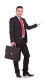 Affärsman som rymmer ett svart kort fall, medan framlägga Fotografering för Bildbyråer