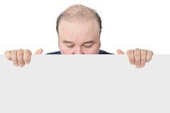 Affärsman som rymmer ett tomt vitt tecken Royaltyfri Fotografi