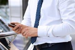 Affärsman som rymmer mobiltelefonen Arkivfoton