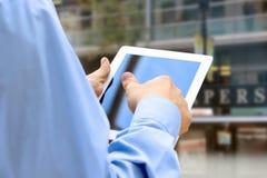 Affärsman som rymmer och använder den digitala minnestavlan Arkivfoton