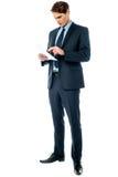 Affärsman som rymmer viktiga avtalsdokument Arkivfoton