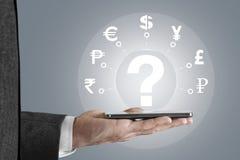 Affärsman som söker symbolsskärmen om valutabegrepp Arkivfoto