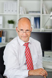 Affärsman som ser över hans exponeringsglas Arkivfoton