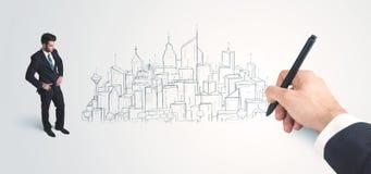 Affärsman som ser den hand drog staden på väggen Royaltyfri Foto