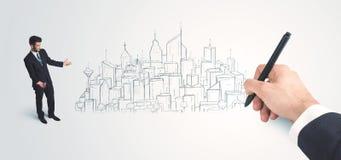 Affärsman som ser den hand drog staden på väggen Royaltyfri Bild