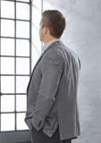 Affärsman som ser den inte synliga fönsterframsidan Royaltyfria Foton
