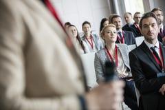 Affärsman som ser den offentliga högtalaren i konventcentrum Royaltyfri Fotografi