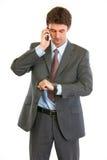 affärsman som ser den talande watchen för telefon Arkivfoton