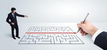 Affärsman som ser handteckningslösningen för labyrint Royaltyfria Foton