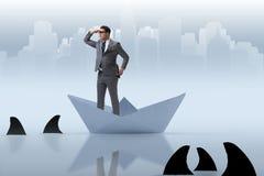 Affärsman som ser in i framtid med kikare i det pappers- skeppet bo vektor illustrationer
