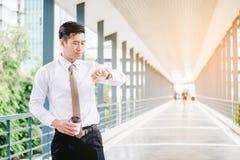 Affärsman som ser klockan som han ser på tiden Arkivfoto