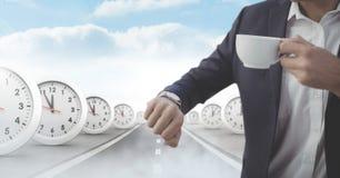 Affärsman som ser klockan med stämpelurer på den overkliga vägen Arkivfoto