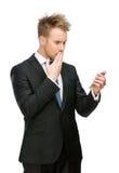 Affärsman som ser mobiltelefonen royaltyfri foto