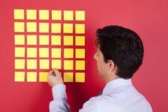 affärsman som ser papperen för att yellow Arkivbild