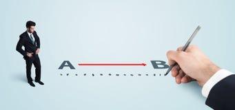 Affärsman som ser röda linjen från a till b som dras av handen Arkivfoto