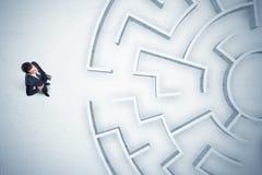 Affärsman som ser rund labyrint med ingenstans för att gå Royaltyfri Fotografi