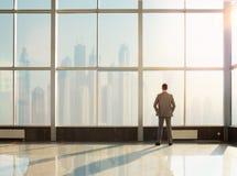 Affärsman som ser staden Arkivfoto